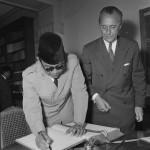 Genève, Carlton. Visite au Comité International de la Croix-Rouge du président de la République Indonésienne et de sa suite, signature du livre d'or. Visite de M. Soekarno, président de la République indonésienne.